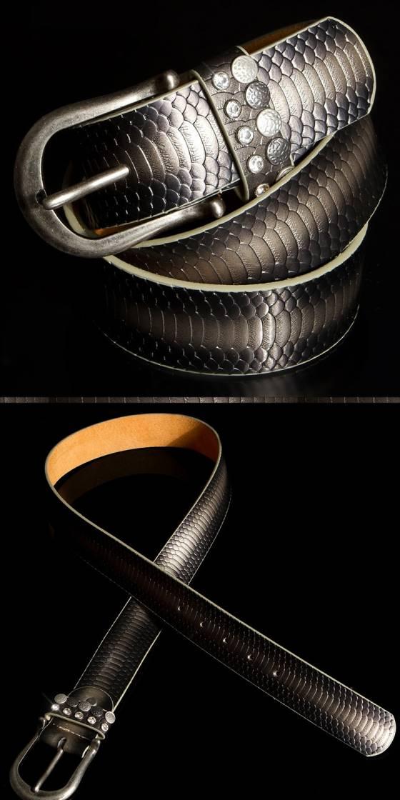 Trendy belt reptile look
