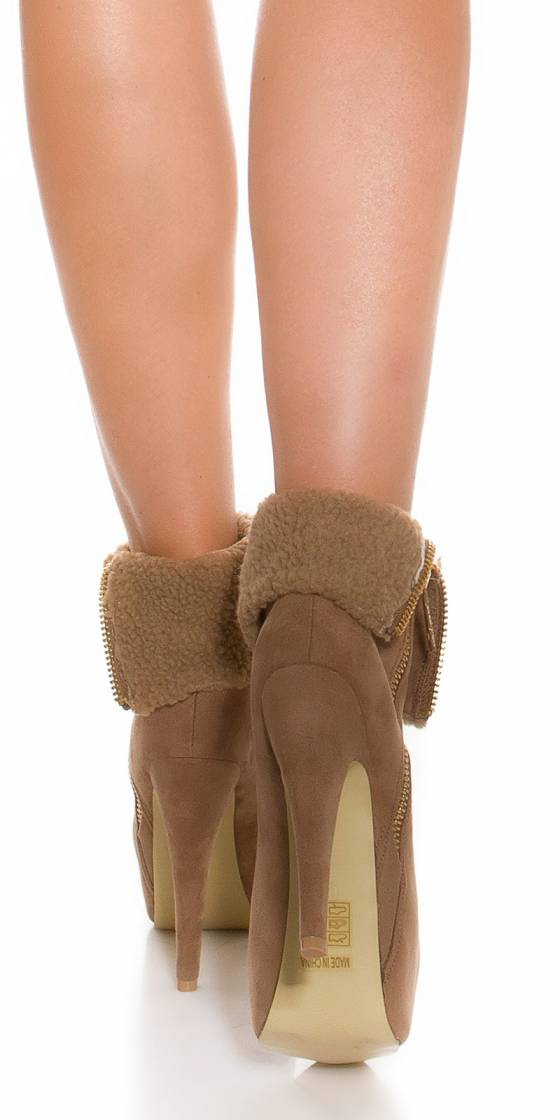 Trendy boots with use fur